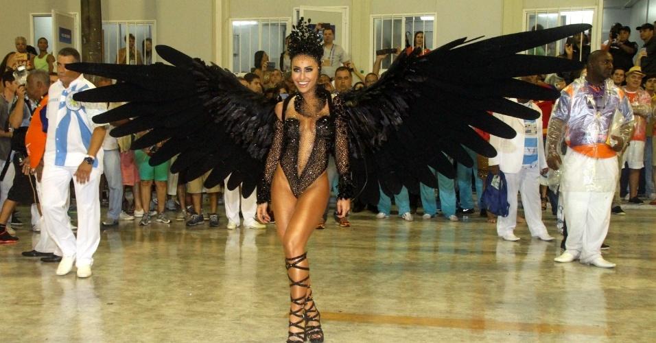 16.fev.2015 - Sabrina Sato, rainha da bateria da Vila Isabel, brilha com a fantasia de Cisne Negro