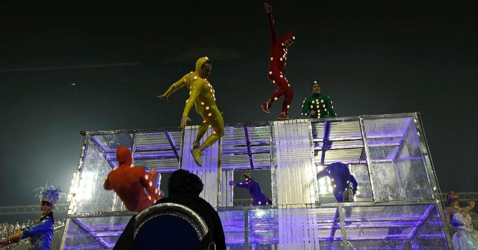 16.fev.2015- Acrobatas canadenses dão show na comissão de frente da Vila Isabel