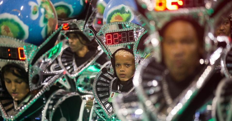 16.fev.2015- Passistas da Mocidade desfilam com cronômetros na cabeça que marcam o tempo do desfile