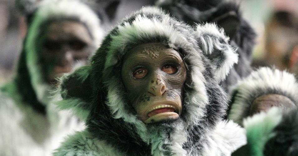 17.fev.2015 - Diversos tipos de máscara fizeram parte das fantasias da escola