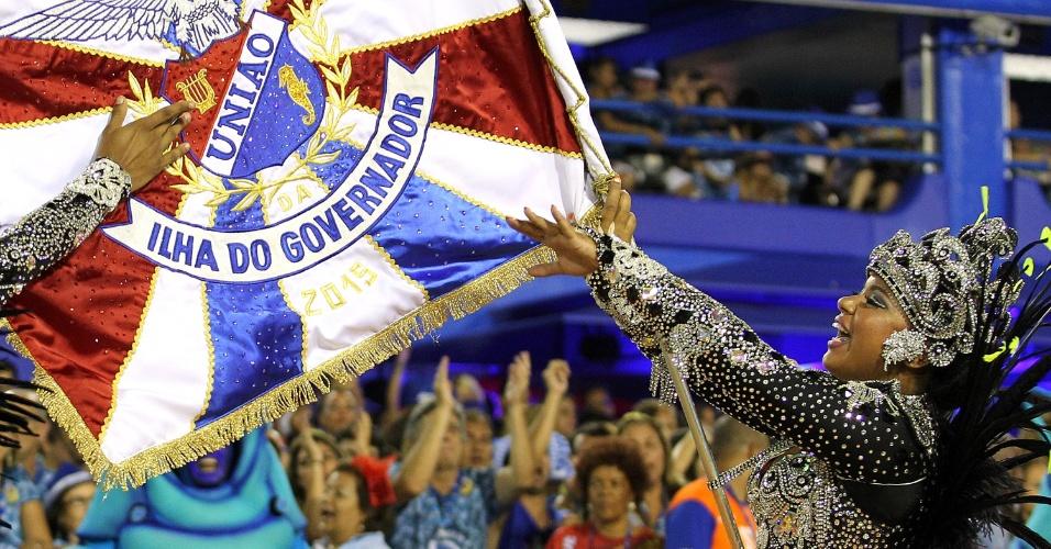 17.fev.2015 - A porta-bandeira Cristiane Caldas desfila pela União da Ilha na Sapucaí