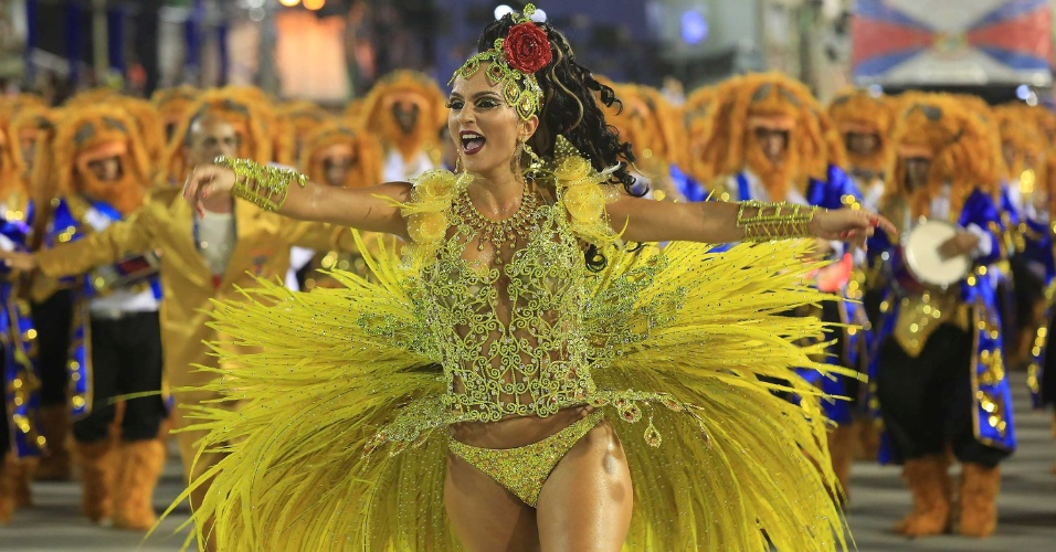 17.fev.2015 - A rainha da bateria Bruna Bruno se despede da União da Ilha depois de 11 anos desfilando