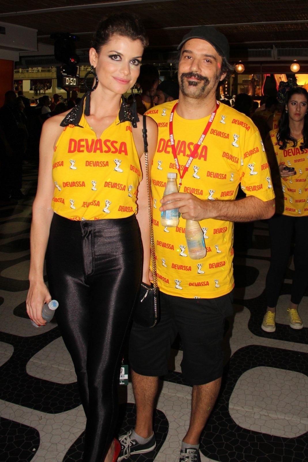 17.fev.2015 - Alinne Moraes curte camarote na Sapucaí, no Rio de Janeiro, acompanhada do marido, o cineasta Mauro Lima
