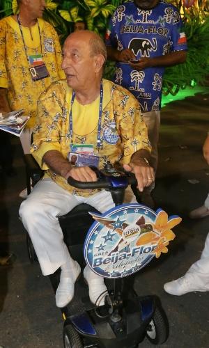 17.fev.2015 - Anísio Abraão, presidente da escola, desfila em cadeira de rodas