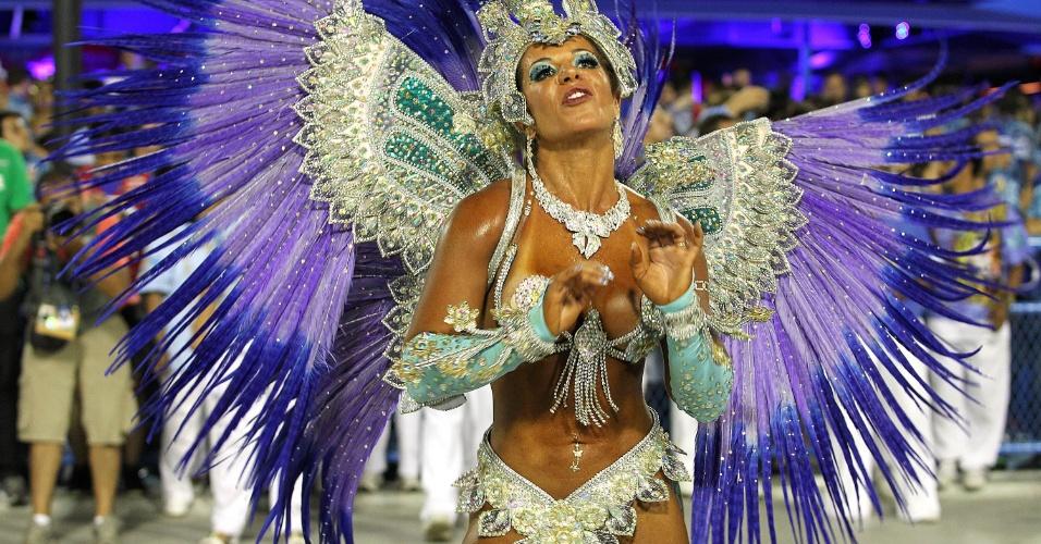 17.fev.2015 - Destaque da União da Ilha dança e canta samba-enredo da escola na Sapucaí