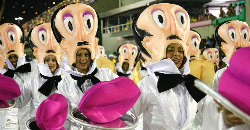 17.fev.2015 - Escola apresenta samba-enredo
