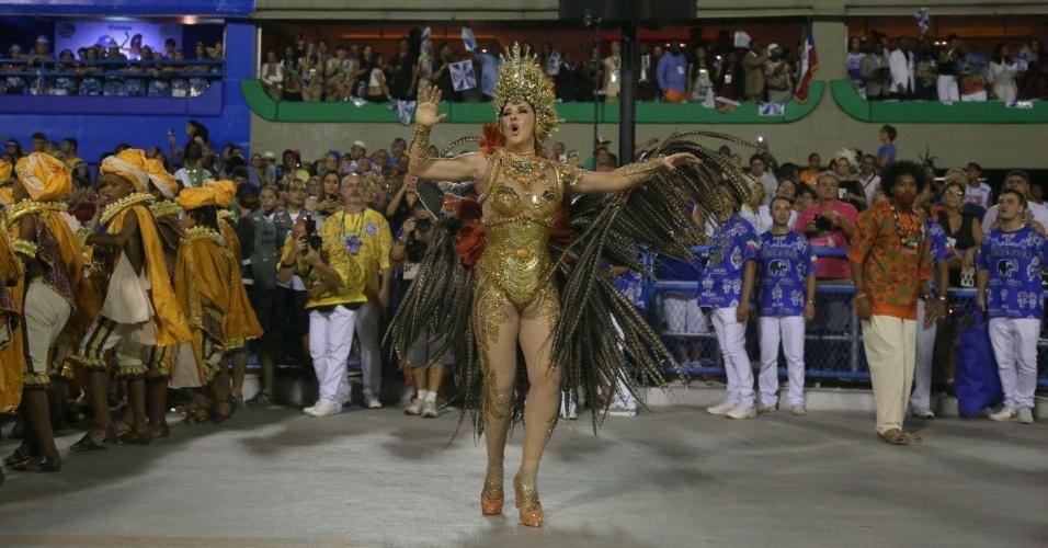 17.fev.2015 - Madrinha da Beija-Flor, a atriz Claudia Raioa desfila na Sapucaí