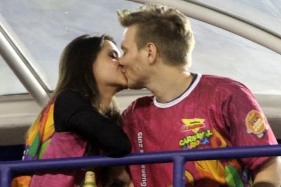 17.fev.2015 - Michael Teló e Thais Fersoza em clima de romance em camarote na Sapucaí