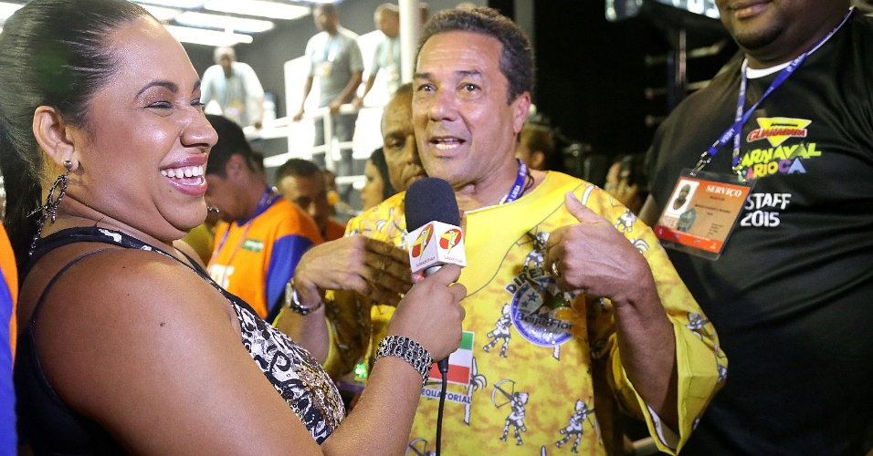 17.fev.2015 - Parte da organização da Beija-Flor, o técnico do Flamengo, Vanderlei Luxemburgo, dá entrevista na concentração