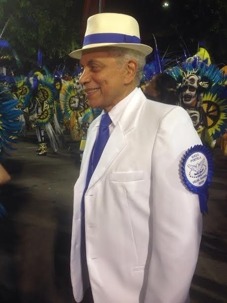 17.fev.2015 - Paulinho da Viola defendeu as cores da Portela na segunda noite de desfile das escolas do Grupo Especial do Rio de Janeiro, na madrugada desta terça-feira (17). O artista atravessou a avenida no carro da velha guarda, fechando a escola