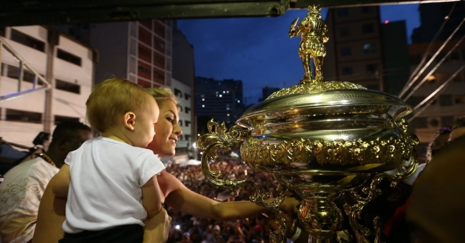 17.fev.2015 - Ana Hickmann leva o filho Alexandre na quadra da Vai-Vai para comemorar a conquista