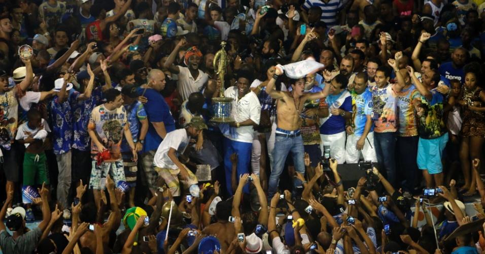 18.fev.2015 - A quadra da Beija-flor recebe a taça de campeã do Carnaval 2015