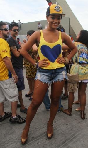 18.fev.2015 - A rainha de bateria da Unidos da Tijuca, Juliana Alves, acompanha a apuração do Carnaval do Rio de Janeiro no sambódromo
