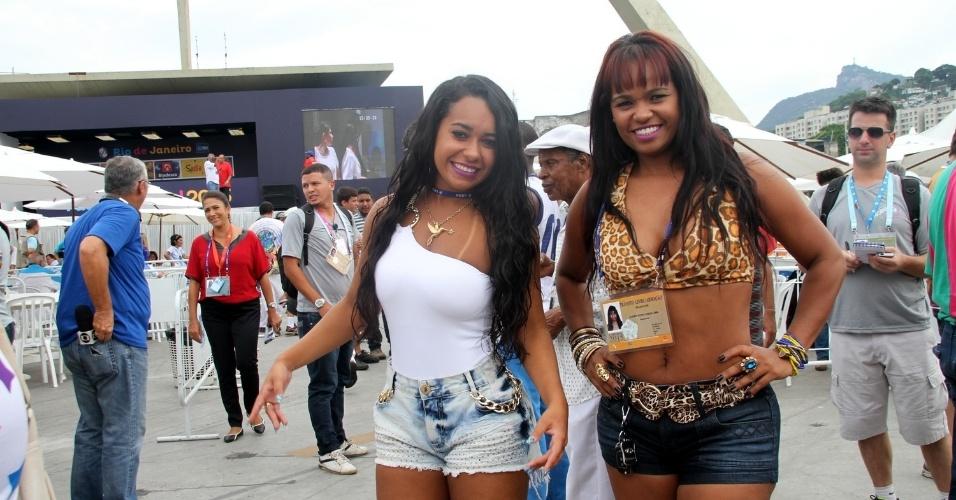 18.fev.2015 - A rainha de bateria, Raissa de Oliveira, e a musa da Beija-Flor, Elaine Lima, foram ao sambódromo do Rio de Janeiro acompanhar a apuração do Carnaval 2015
