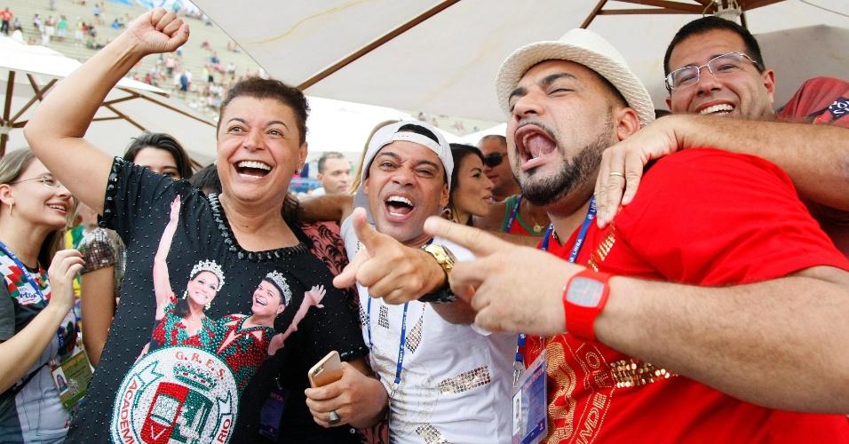18.fev.2015 - David Brazil comemora o terceiro lugar da Grande Rio no Carnaval carioca de 2015