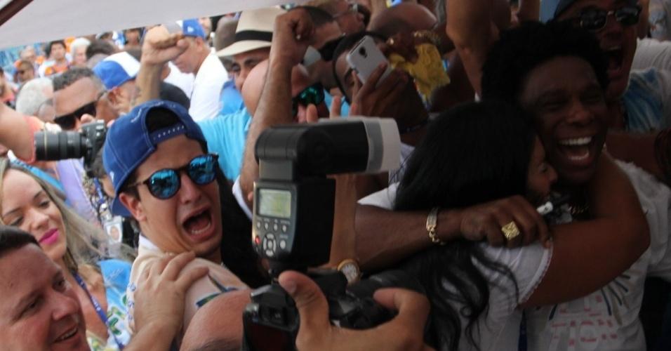 18.fev.2015 - Enzo Celulari e Neguinho da Beija-Flor comemoram a vitória da Beija-Flor no Carnaval carioca na Marquês de Sapucaí