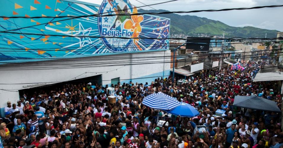 18.fev.2015 -  Foliões lotam a rua da quadra da Beija-Flor para comemorar o título de campeã do Carnaval carioca 2015