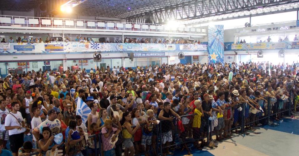 18.fev.2015 - Público acompanha a apuração das notas do Carnaval do Rio de Janeiro na quadra da Beija-Flor