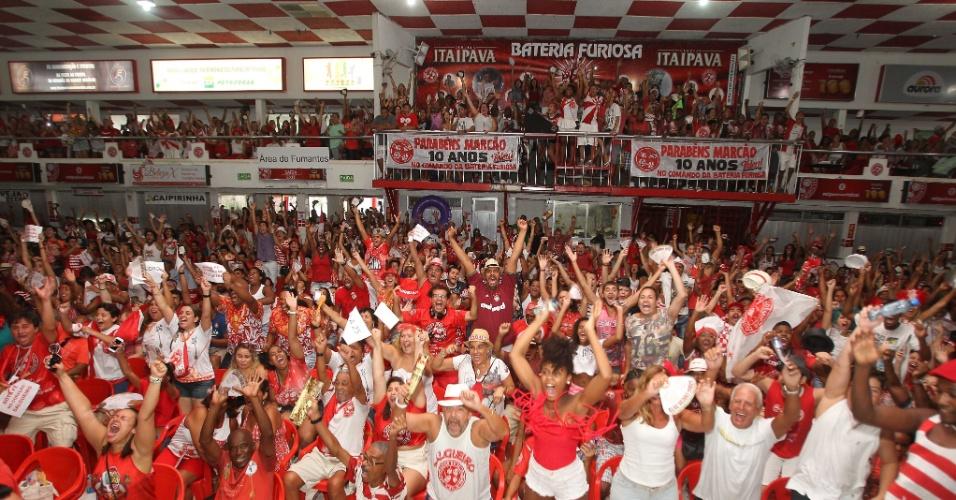18.fev.2015 - Público acompanha a apuração das notas do Carnaval do Rio de Janeiro na quadra do Salgueiro