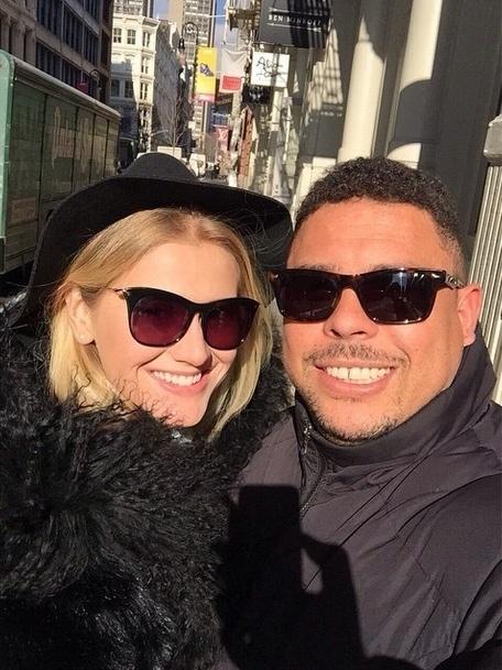 19.fev.2015 - Celina Locks, a nova namorada de Ronaldo Fenômeno, usou sua conta no Instagram para mostrar um momento de felicidade. O casal está curtindo o frio e a neve em Nova York.