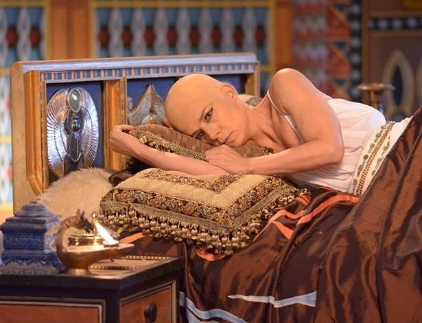 """Na cena de """"Os Dez Mandamentos"""", Henutmire tem um pesadelo. Como era costume das mulheres do antigo Egito rasparem a cabeça por questões de higiene, Vera colocou uma prótese na cabeça para gravar a cena em que sua personagem aparece careca"""