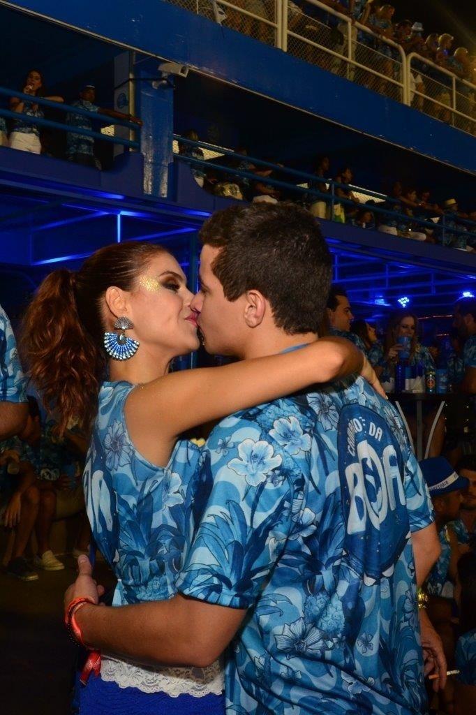 21.fev.2015 - Depois de desfilar pela Grande Rio, Paloma Bernardi também aproveitou o restante da noite para namorar e beijou muito o namorado, o ator Thiago Martins