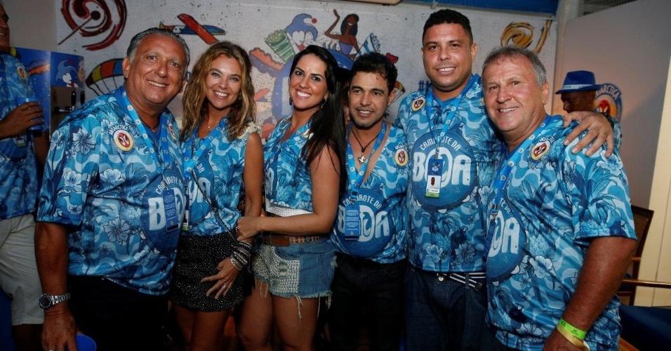 21.fev.2015 - Encontro de amigos no camarote da Boa: Galvão Bueno cai no samba com Zezé Di Camargo, Ronaldo Fenômeno e Zico no Sábado das Campeãs, no Rio