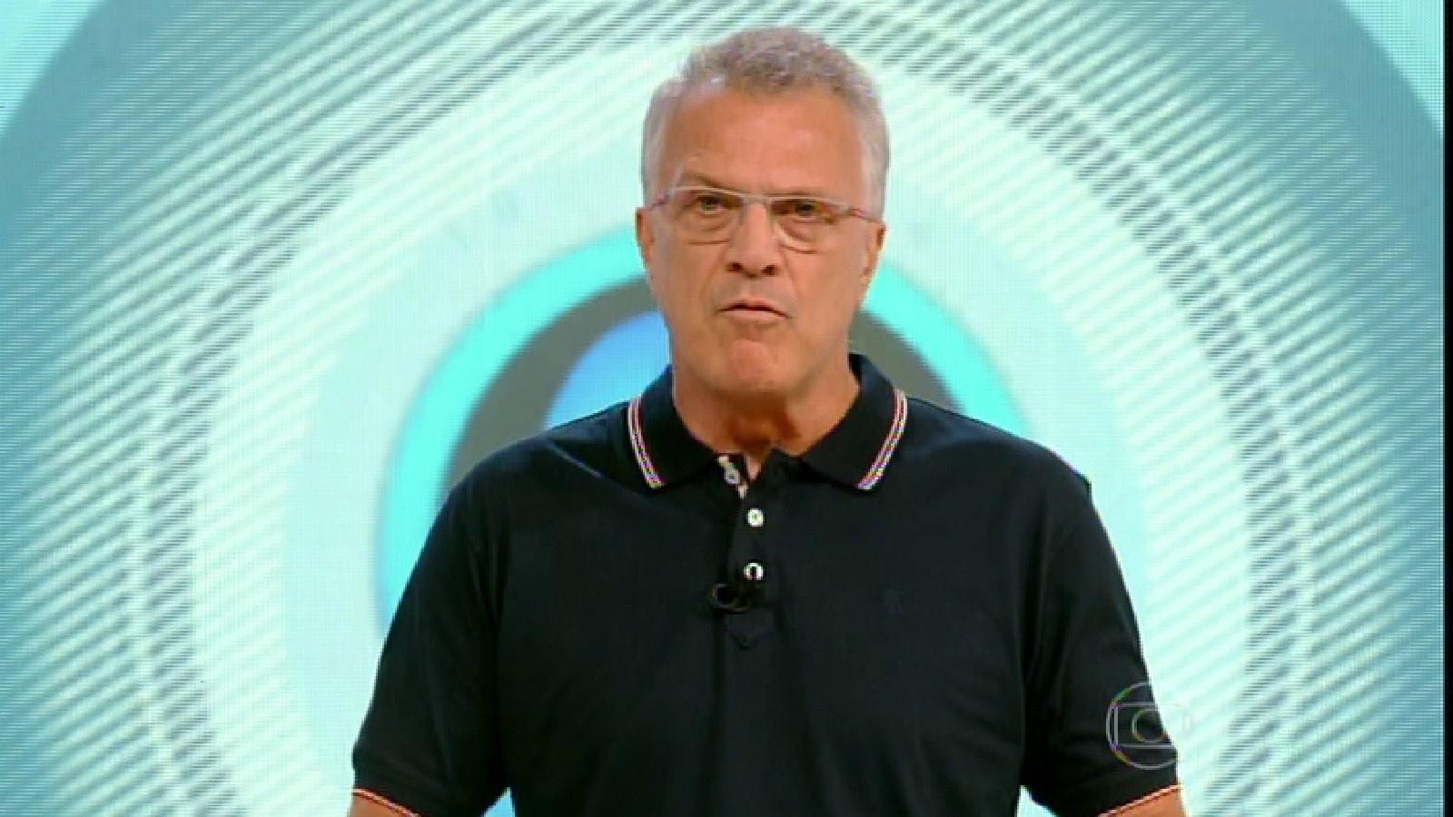 22.fev.2015 - Pedro Bial dá início ao programa ao vivo deste domingo (22)