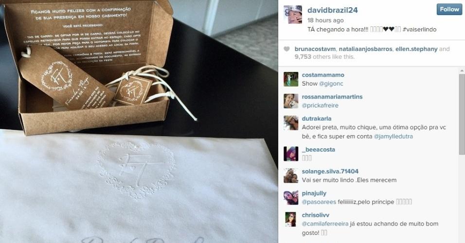 23.fev.2015 - Na véspera do casamento de Fernanda Souza e Thiaguinho, o promoter David Brazil mostra seu convite para a festa, que inclui um crachá para pendurar no espelho retrovisor do carro