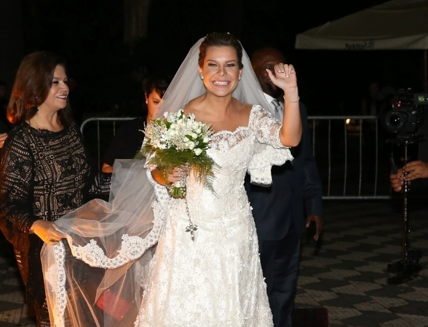 24.fev.2015 - A atriz Fernanda Souza acena antes de entrar na igreja Nossa Senhora do Brasil, em São Paulo, para seu casamento com o cantor Thiaguinho