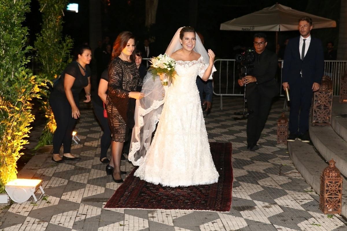 24.fev.2015 - A atriz Fernanda Souza se prepara para entrar na igreja Nossa Senhora do Brasil, em São Paulo, para seu casamento com o cantor Thiaguinho