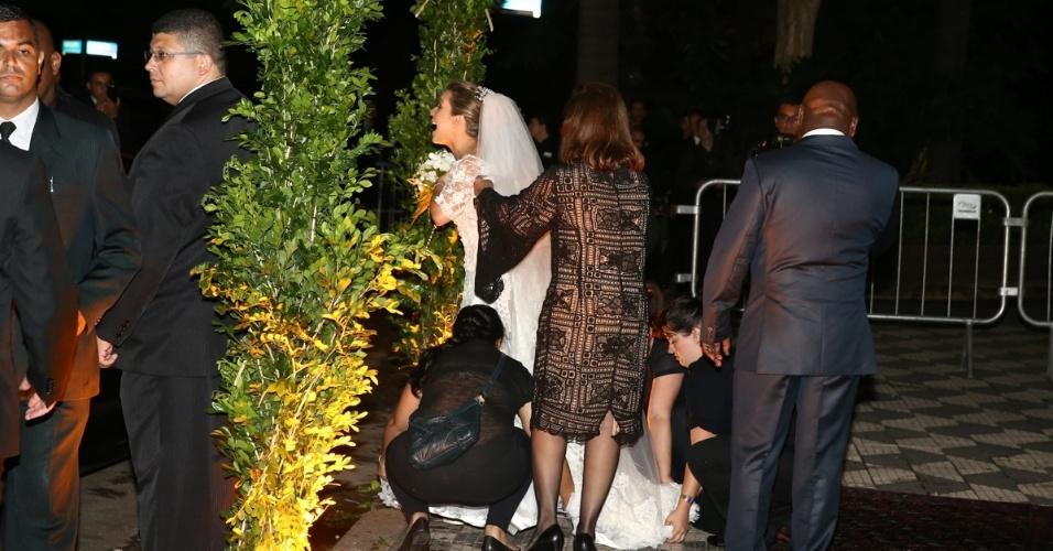 24.fev.2015 - A atriz Fernanda Souza tem o vestido arrumado antes de entrar na igreja Nossa Senhora do Brasil para seu casamento