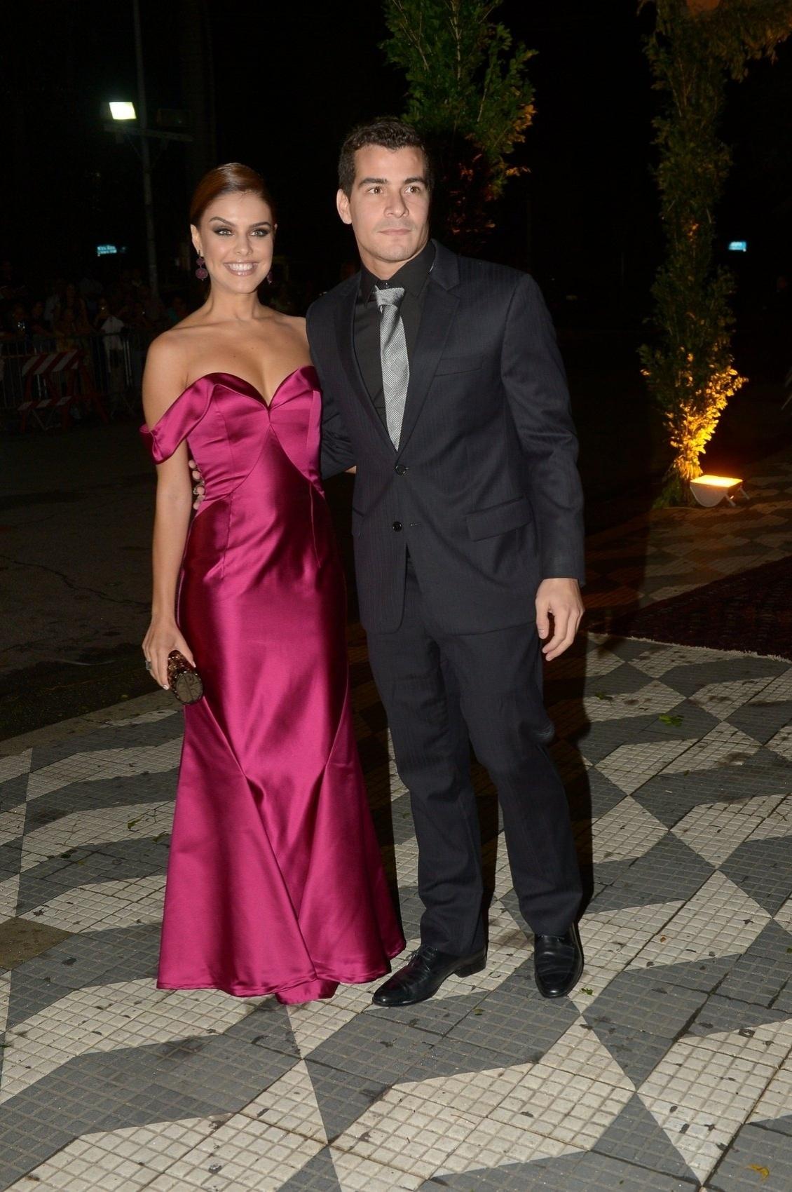 24.fev.2015 - A atriz Paloma Bernadi e o ator e cantor Thiago Martins chegam para o casamento de Thiaguinho e Fernanda Souza