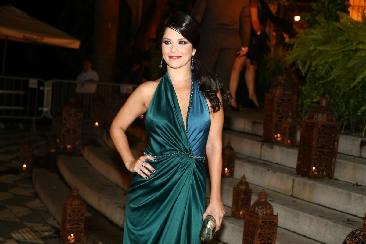 24.fev.2015 - A atriz Samara Felippo chega à igreja Nossa Senhora do Brasil para o casamento