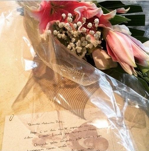 24.fev.2015 - A cantora Preta Gil, que será uma das madrinhas do casamento, postou foto com um buquê de flores e um bilhete recebido dos noivos.