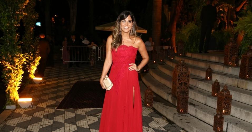 24.fev.2015 - A promoter Carol Sampaio chega para o casamento de Thiaguinho e Fernanda Souza