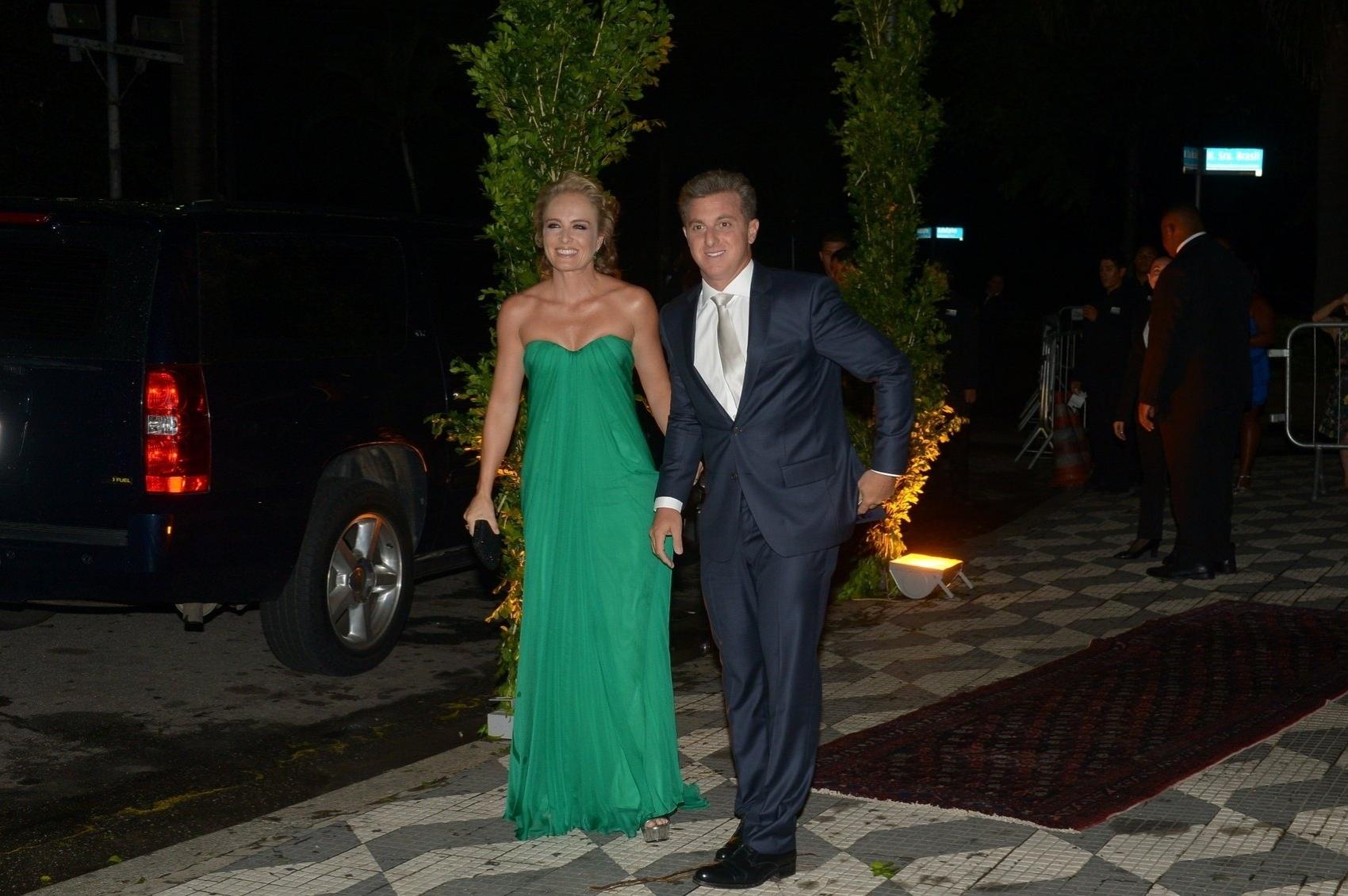 24.fev.2015 - Angélica e Luciano Huck chegam à igreja Nossa Senhora do Brasil para o casamento de Thiaguinho e Fernanda Souza