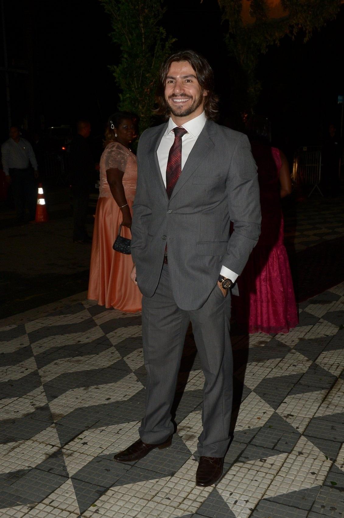 24.fev.2015 - Mariano, da dupla sertaneja Munhoz e Mariano, chega para o casamento de Thiaguinho e Fernanda Souza