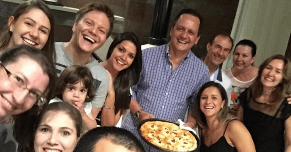 24.fev.2015 - Michel Teló participa de festa da família de Thaís Fersoza na madrugada desta terça-feira. A atriz mostrou o momento íntimo em sua conta do Instagram