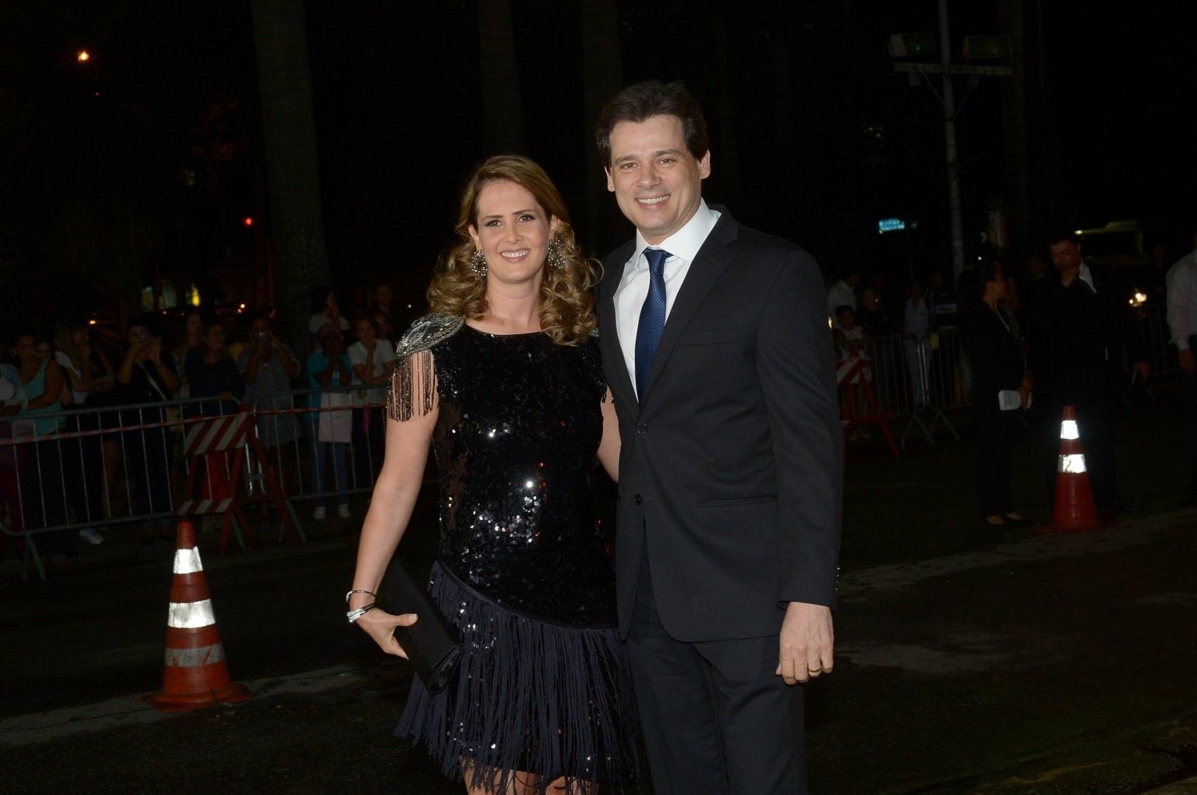 24.fev.2015 - O apresentador Celso Portiolli chega para o casamento de Thiaguinho e Fernanda Souza acompanhado da mulher, Suzana Marchi