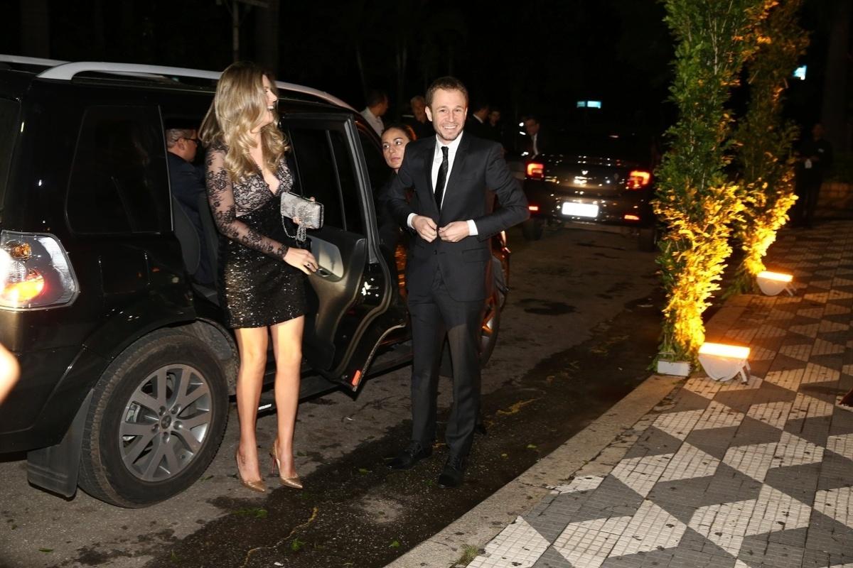24.fev.2015 - O apresentador Thiago Leifert chega com a mulher, Daiana Garbin, para o casamento de Thiaguinho e Fernanda de Souza
