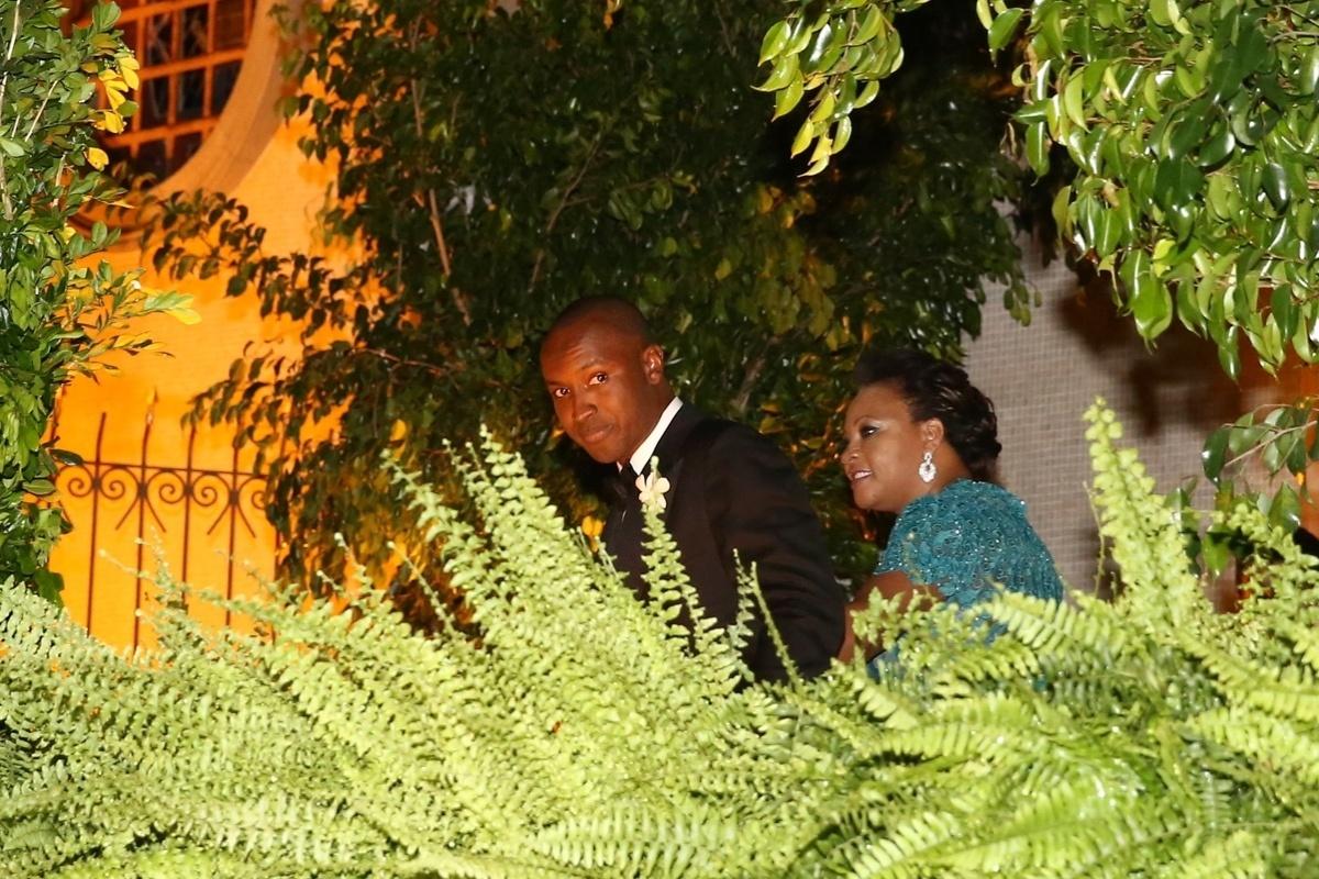 24.fev.2015 - Thiaguinho e a mãe, Glória Barbosa, são vistos do lado de fora da igreja Nossa Senhora do Brasil