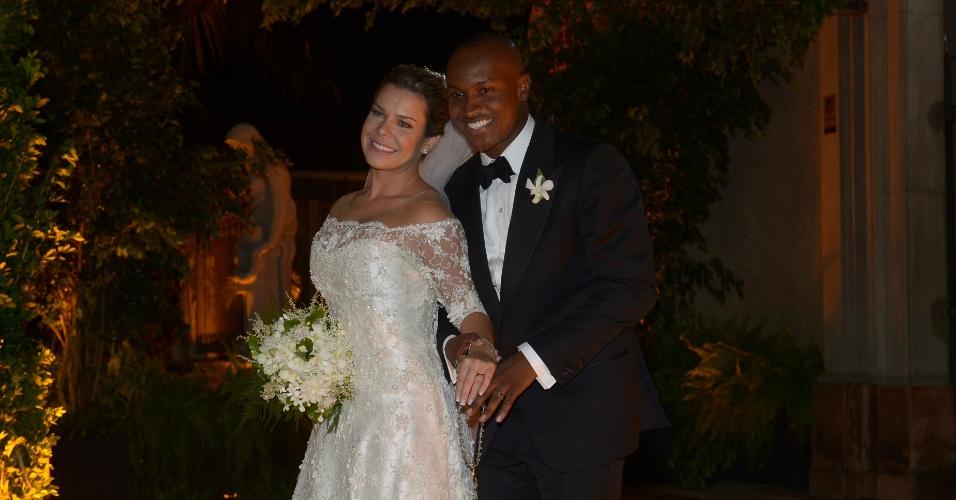 24.fev.2015 - Thiaguinho e Fernanda Souza posam para foto já casados