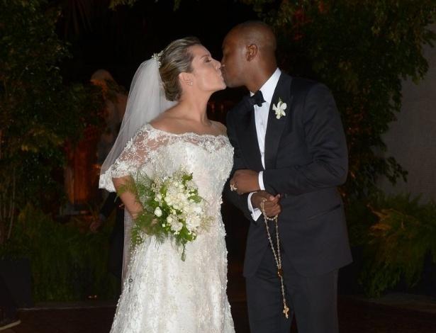 24.fev.2015 - Thiaguinho e Fernanda Souza se beijam para os fotógrafos