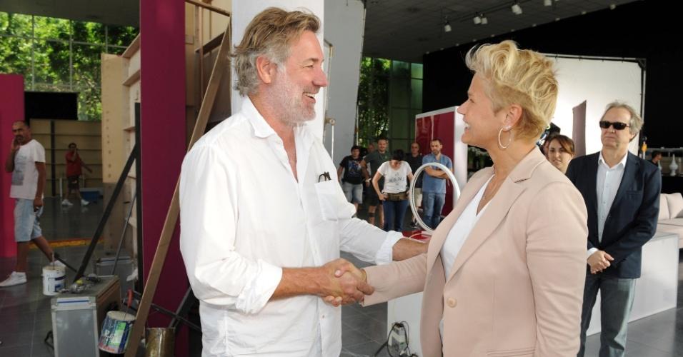 fev.2015 - Xuxa cumprimenta o diretor David Cameron durante gravação de comercial para um creme anti-rugas na Argentina