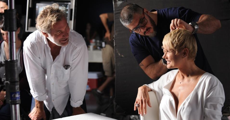 fev.2015 - Xuxa é dirigida pelo diretor David Cameron durante gravação de comercial para um creme anti-rugas na Argentina