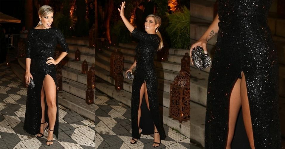 24.fev.2015 - Luiza Possi é traída pela fenda do vestido e