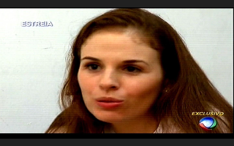 25.fev.2015 - Suzane von Richthofen conversa com Gugu Liberato dentro de uma penitenciária em Tremembé, interior de São Paulo, na estreia do novo programa do apresentador na Record, nesta quarta-feira