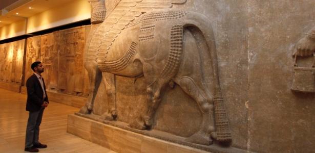 28.fev.2015 - Antigas esculturas de um touro alado com cabeça humana no Museu Nacional do Iraque, em Bagdá