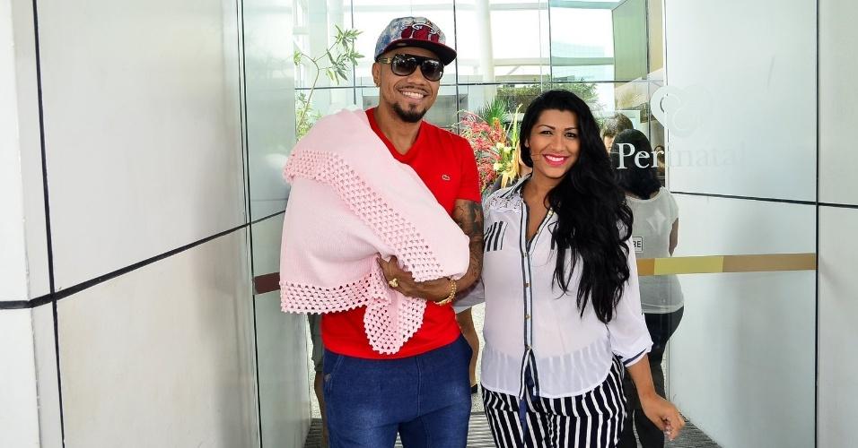 28.fev.2015 - Naldo e Moranguinho saem da maternidade Perinatal, na Barra da Tijuca, zona oeste do Rio de Janeiro, em que Moranguinho deu à luz Maria Victória nesta quinta-feira (26).